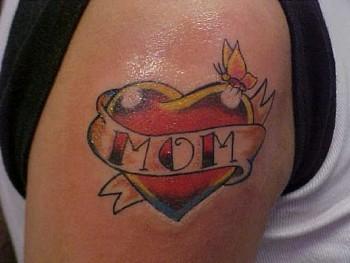 Tatuaje De Un Corazón Con Cartel Para Nombre
