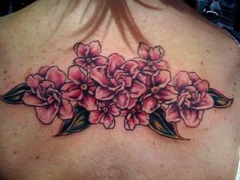 Tatuaje Para Mujeres De Flores En La Espalda