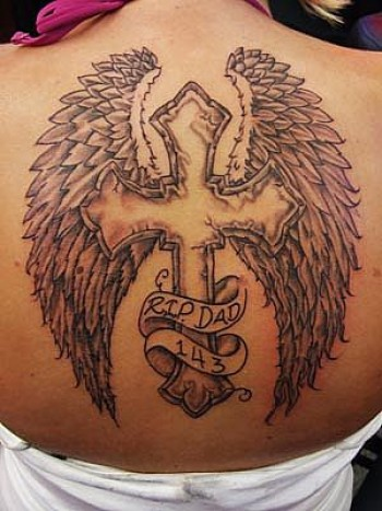 Tatuaje de una cruz con alas en la espalda - Tatuajes de Alas