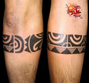 Tatuaje De Un Brazalete Maorí En La Pierna
