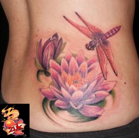 Tatuaje de una libélula rondando una flor de Loto