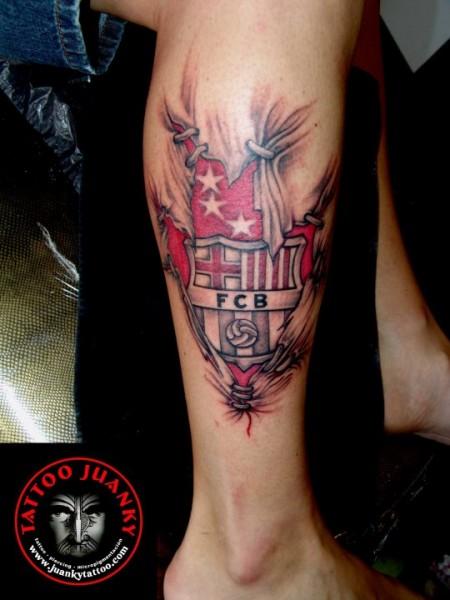 ... de la piel desgarrandose y mostrando el escudo del F.C Barcelona