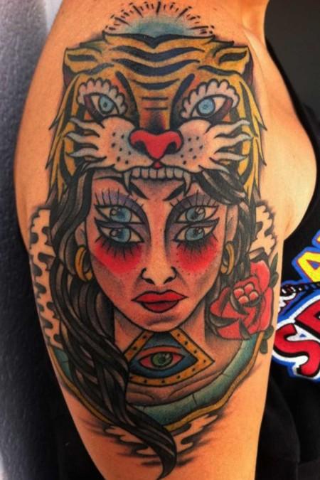 Tatuaje De Un Tigre Mordiendo A Una Mujer De 4 Ojos