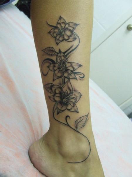 Tatuaje de enredadera de flores - Imagui