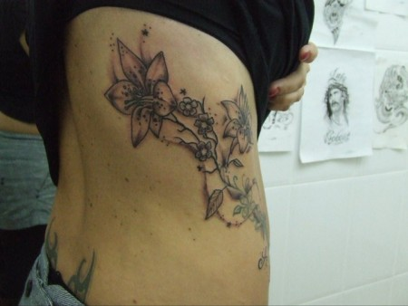 Tatto on Tattoo De Unas Flores En Las Costillas