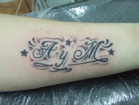Tatuaje De Unas Iniciales Entre Estrellas