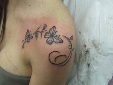 Tatuaje De Unas Mariposas Y Flores Fnas En El Hombro