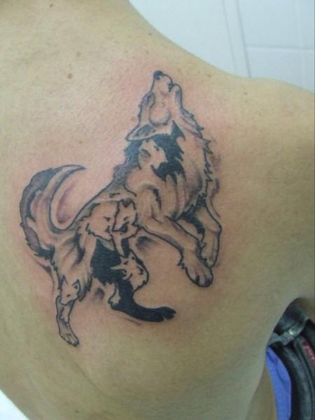 Tatuaje De Un Lobo Aullando