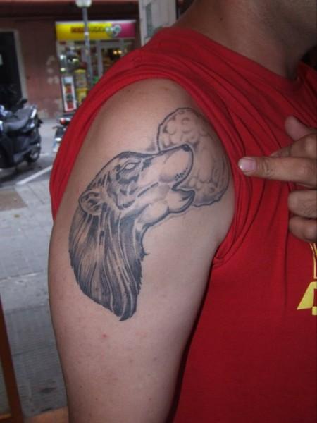 Tatuaje De Un Lobo Aullando A La Luna