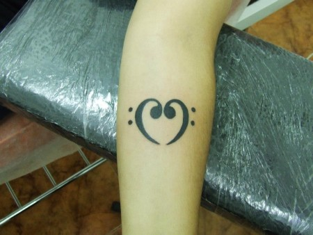 Tatuaje De Dos Claves De Fa Formando Un Corazón
