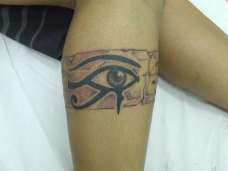 Tatuaje De Un Brazalete En La Pierna Con Un Ojo Egipcio