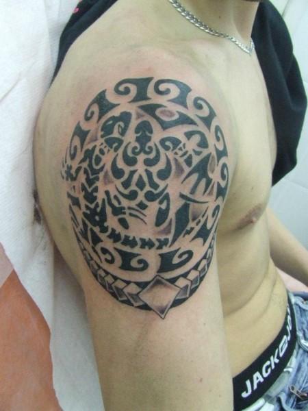 Tatuaje maori en el hombro