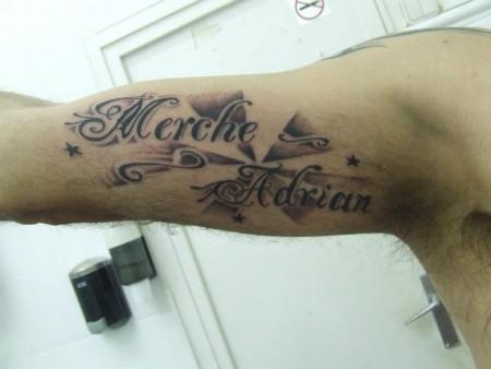 Tatuaje De Dos Nombres En El Brazo