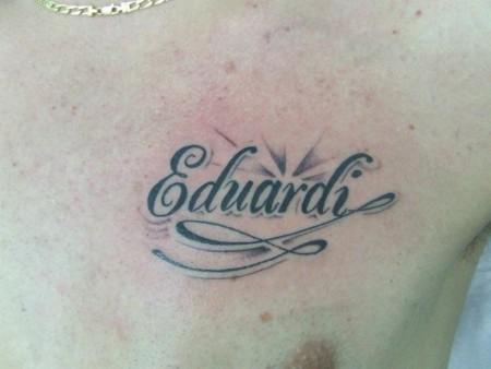 Tatuaje De Un Nombre Encima Del Pecho