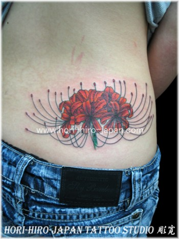 Tatuaje de flor encima del culo.