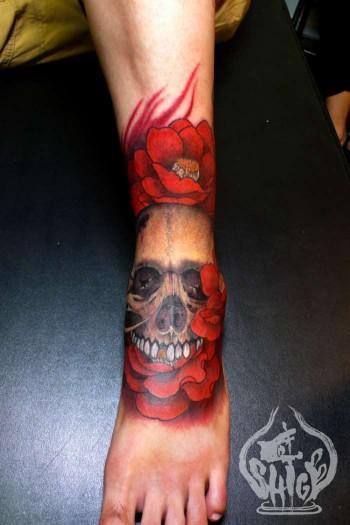 Tatuaje de una calavera a color entre flores rojas - Tattoo disenos a color ...