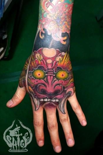 Tatuaje de la cara de un demonio japon s en la mano for Mano mano carpas
