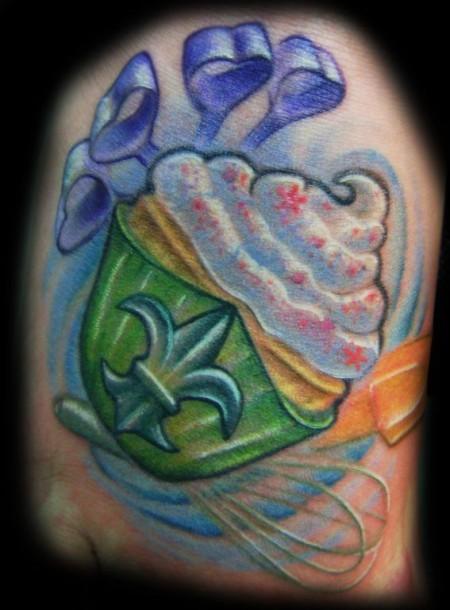 tatuaje de un cupcake con algunos utensilios de cocina
