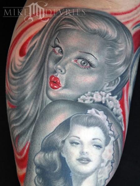 Tatuaje de una pin-up enseñando pierna