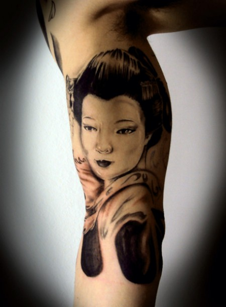 Tatuaje De La Cabeza De Una Geisha En La Parte Interior Del Brazo