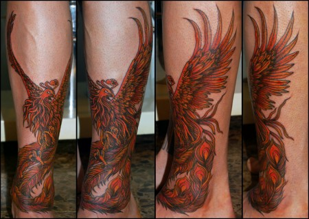 Tatuaje De Un Ave Fénix En La Tibia