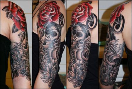 Tatuaje en el brazo de calavera mejicana y varias flores for Tattoos mexicanos fotos