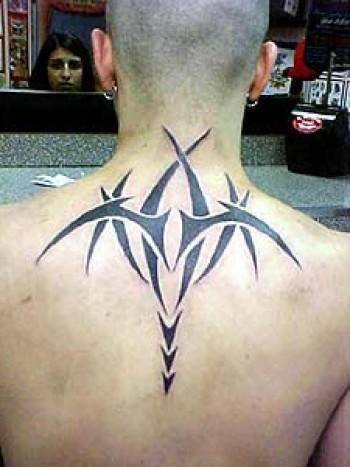 Tatuaje De Un Tribal En La Espalda Y Nuca