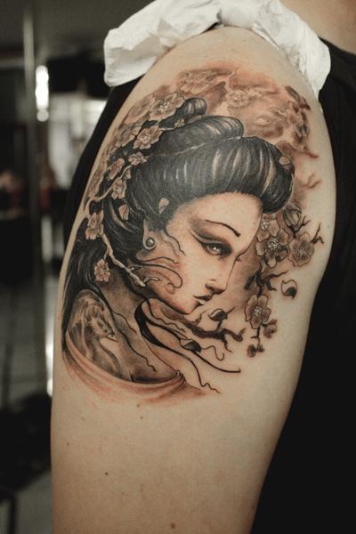 Tatuaje de una bonita cara de geisha entre ramas floridas - Tattoos geishas japonesas ...
