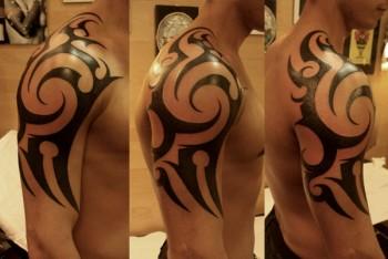 Tatuaje de un tribal en hombro y brazo