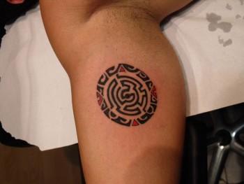 Tatuaje De Un Circulo Con Un Laberinto Dentro