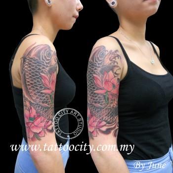 Tatuaje De Una Carpa Subiendo Por El Brazo De Una Mujer