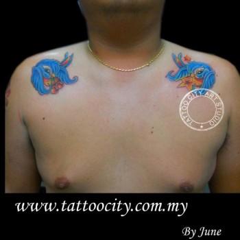 Tatuaje De Dos Golondrinas De Dibujos En Cada Hombro