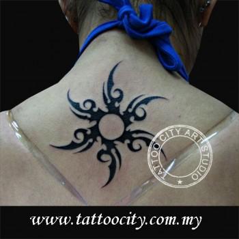 Tatuaje de un sol tribal en la nuca de una mujer