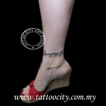 Tatuaje De Una Frase Como Brazalete En El Tobillo De Una Mujer