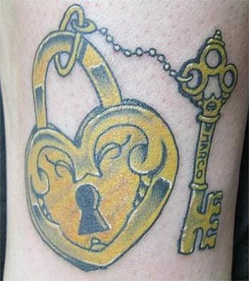 Tatuaje de un cerrojo con forma de coraz n y su llave - Cerrojos con llave ...