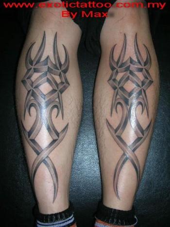 Tatuaje De Dos Tribales En La Tibia