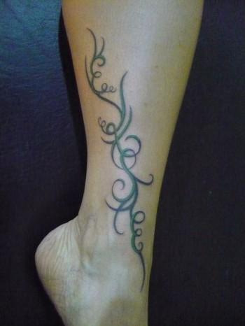 Tatuaje De Un Floral Tribal En La Pierna
