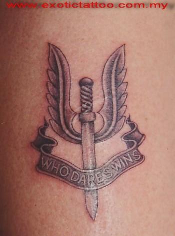 tatuaje de una espada con alas y una etiqueta tatuajes de espadas. Black Bedroom Furniture Sets. Home Design Ideas