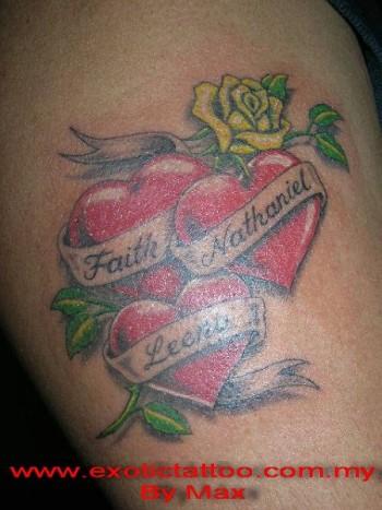 Tatuaje De Tres Corazones Con Nombres Y Una Rosa