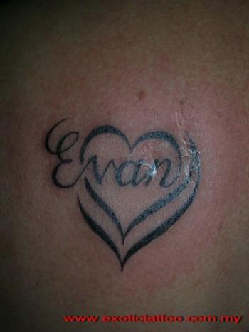Tatuaje De Un Nombre Dentro De Un Corazón