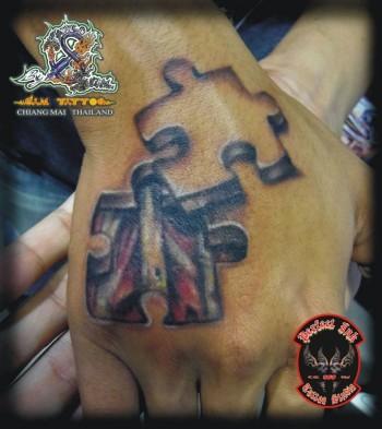 Tatuaje De Una Pieza De Puzzle Mostrando Los Que Hay Debajo La Piel
