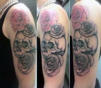 Tatuaje En El Brazo De Una Calavera Con Tres Rosas
