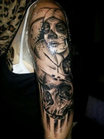 Tatuaje En Blanco Y Negro De Calaveras Y Calaveras Mexicanas En El Brazo