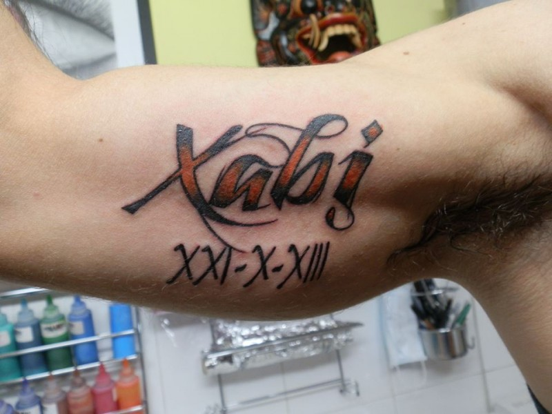 Tatuaje De Un Nombre En Color Y Una Fecha En Números Romanos