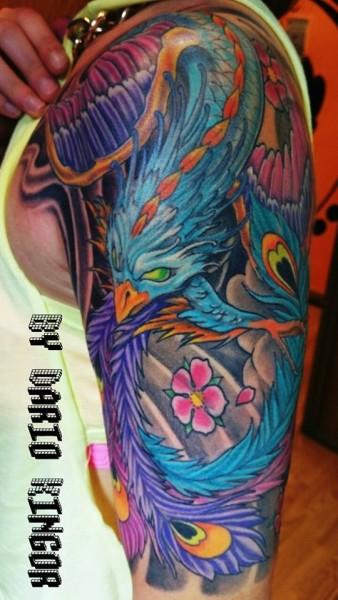 Tatuaje De Un Ave Fénix A Color En El Brazo