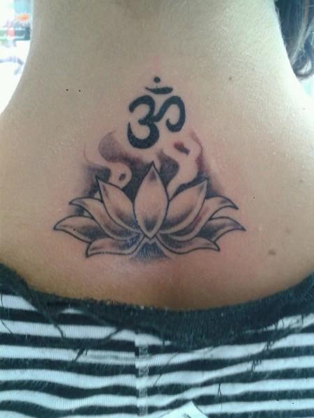 Tatuaje En Blanco Y Negro De Una Flor De Loto Y El Om En La Nuca