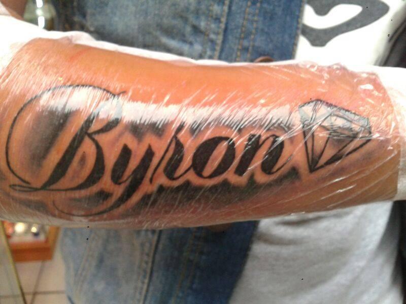 Tatuaje En El Antebrazo Del Nombre Byron Con Un Diamante