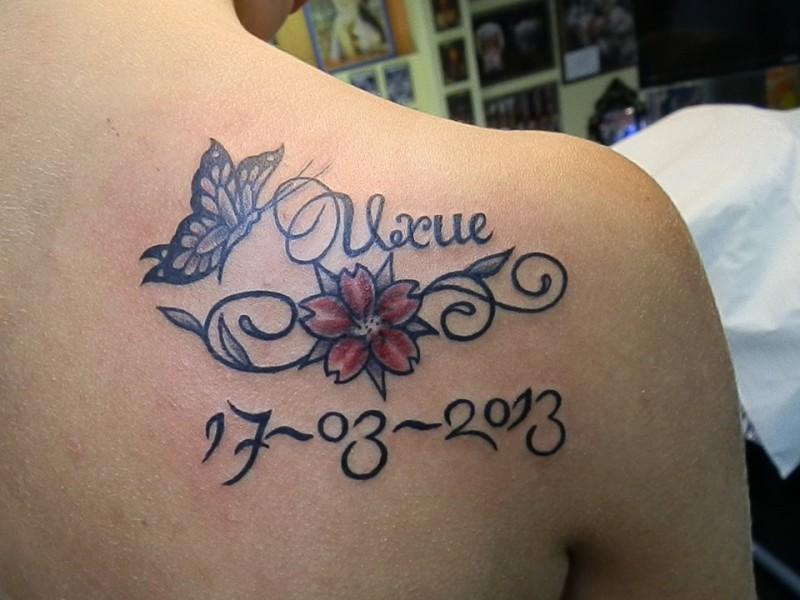 Tatuaje Del Nombre Uxue Con Una Flor Una Mariposa Y Una Fecha