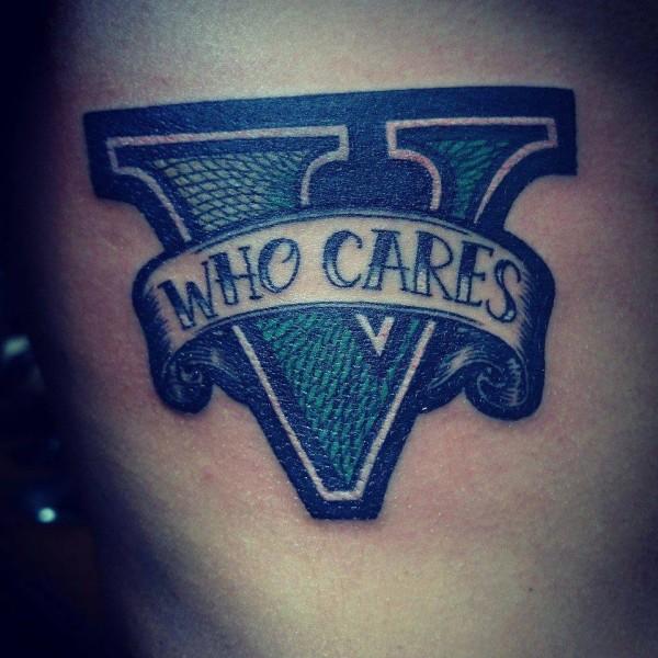 Tatuaje De Una V Con Una Cinta Que Dice Who Cares