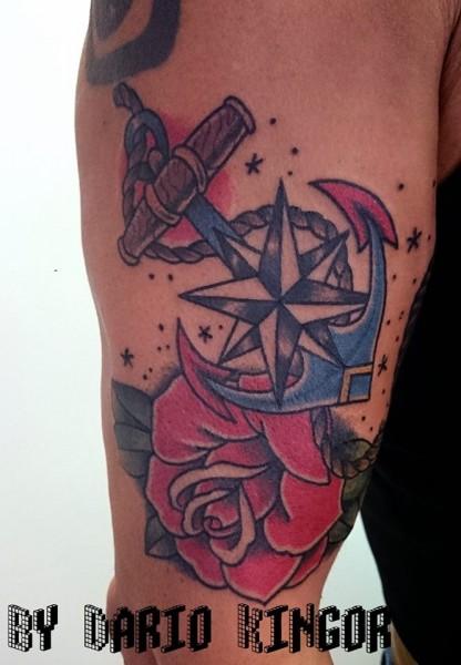 Tattoo Old School De Un Ancla Una Rosa Y Una Rosa De Los Vientos